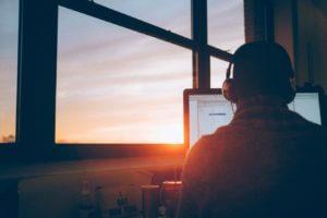 Jeune surfant sur internet lors d'un coucher de soleil