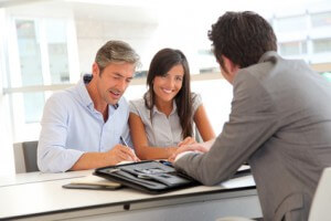 Signature d'un contrat de réservation d'un appartement neuf en VEFA