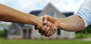 Poignée de mains d'une acquisition d'un bien neuf