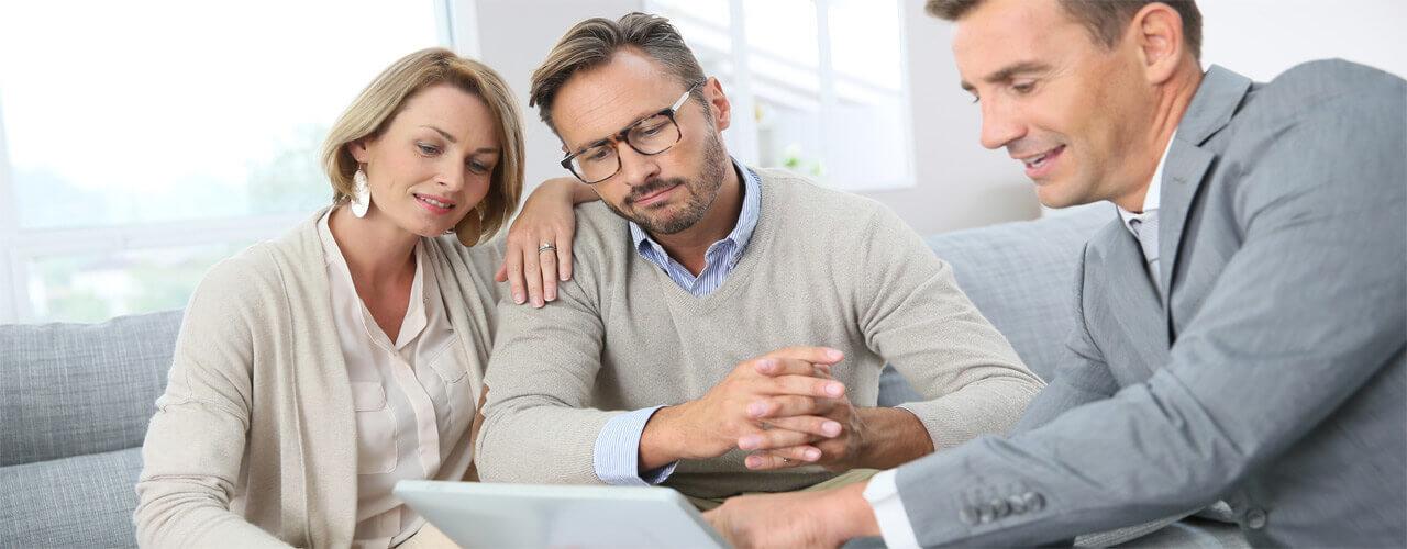 Couple qui investit dans l'immobilier neuf