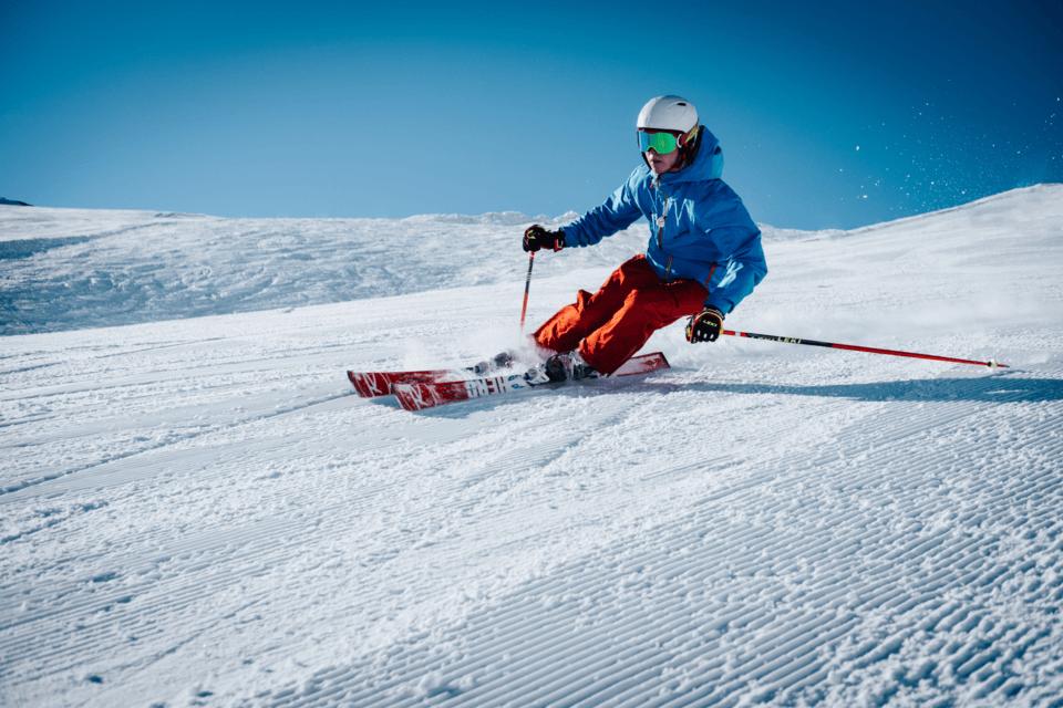 Homme faisant du ski